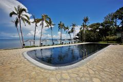 Swimmingpool durch das Meer Lizenzfreie Stockfotos
