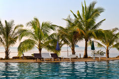 Swimmingpool durch das Meer in Thailand Stockfoto