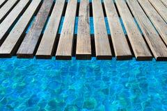 Swimmingpool, eine hölzerne Brücke Lizenzfreies Stockfoto