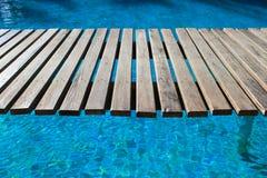Swimmingpool, eine hölzerne Brücke Stockfotos