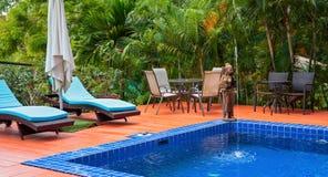Swimmingpool in einem Garten stockbilder