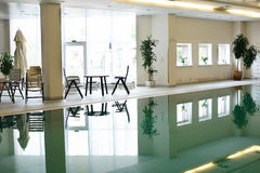 Swimmingpool in einem Hotel stockbild