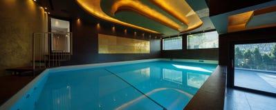 Swimmingpool in einem modernen Landhaus, niemand lizenzfreie stockfotografie