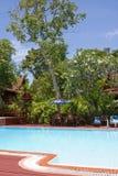 Swimmingpool an einem sonnigen Tag Lizenzfreie Stockfotos