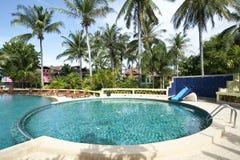 Swimmingpool an einem sonnigen Tag Lizenzfreie Stockbilder