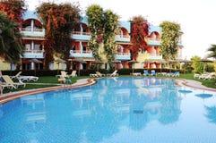 Swimmingpool an einer tropischen Rücksortierung Lizenzfreie Stockbilder