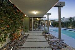 Swimmingpool entlang modernem Haus Stockbild
