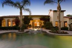 Swimmingpool gegen modernes Haus Stockfoto