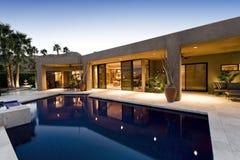 Swimmingpool gegen modernes Haus Lizenzfreie Stockfotos