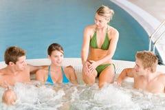 Swimmingpool - glückliche Paare entspannen sich in der heißen Wanne lizenzfreie stockfotografie