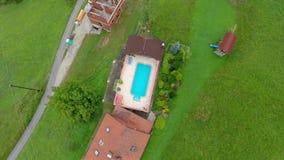 Swimmingpool am Hinterhof eines Luxushauses stock video