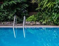 Swimmingpool im Erholungsort stockbilder