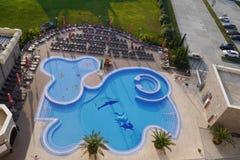 Swimmingpool im Freien des Hotels Bogatyr in Adler, Russland Stockfotos