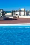 Swimmingpool im Freien an einem Hausdach Stockbild