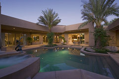 Swimmingpool im Hinterhof des modernen Hauses Lizenzfreies Stockfoto