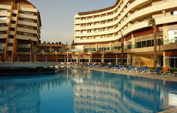 Swimmingpool im Hotel. Stockfotografie