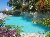 Swimmingpool im Hotel, Plüschblumen stockbilder