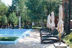 Swimmingpool im Kurort, Sitzseite durch Pool lizenzfreie stockfotografie