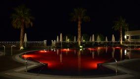Swimmingpool im Luxushotel mit roter Farbe des Wassers stock video footage