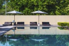 Swimmingpool im schönen Park Stockbilder