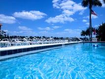 Swimmingpool im Sommer Lizenzfreies Stockfoto