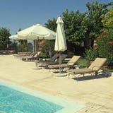 Swimmingpool im Sommergarten eines italienischen Landlandhauses Lizenzfreie Stockfotos