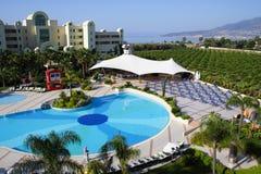 Swimmingpool im sonnigen Hotel Lizenzfreie Stockbilder