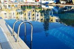 Swimmingpool im touristischen Erholungsort während der Sommerzeit Lizenzfreie Stockfotos
