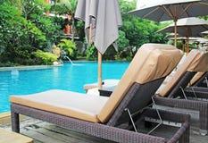 Swimmingpool im Tropen Erholungsort lizenzfreie stockfotografie