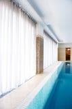 Swimmingpool innen innerhalb des Hauses Lizenzfreie Stockfotos