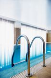 Swimmingpool innen innerhalb des Hauses Lizenzfreie Stockfotografie