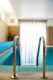 Swimmingpool innen innerhalb des Hauses Stockbild