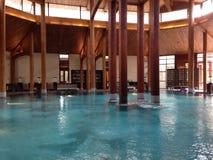 Swimmingpool Innen mit hölzernen Säulen Stockfoto