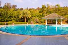 Swimmingpool innerhalb des Gartens lizenzfreie stockfotografie