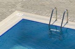 Swimmingpool-Jobstepps Stockbild