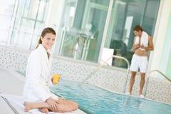 Swimmingpool - junge Frau entspannen sich auf Poolside Stockbilder