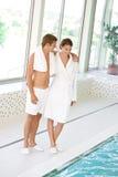 Swimmingpool - junge sportive Paare entspannen sich Lizenzfreie Stockbilder