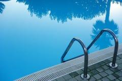 Swimmingpool-Leiter Stockfoto