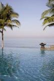 Swimmingpool luxuoso pela praia foto de stock royalty free