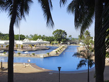Swimmingpool mit blauem Wasser Lizenzfreie Stockfotos