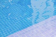 Swimmingpool mit blauem Wasser oder Colline-Wasser stockfotos