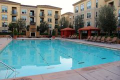 Swimmingpool mit blauem Wasser und Wohnungen Lizenzfreies Stockbild