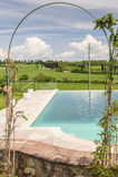 Swimmingpool mit dekorativem Bogen Stockfoto