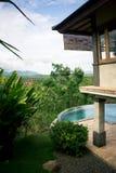 Swimmingpool mit großartigen Ansichten stockfotos