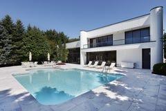 Swimmingpool mit großer Plattform Stockbilder