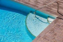 Swimmingpool mit hölzernem Boden dazu Stockbild