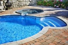 Swimmingpool mit heißer Wanne Stockbilder