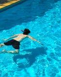 Swimmingpool mit Jungen Stockfoto