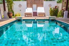 Swimmingpool mit klarem blauem Wasser Lizenzfreie Stockfotos