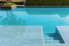 Swimmingpool mit klarem blauem Wasser Stockfoto